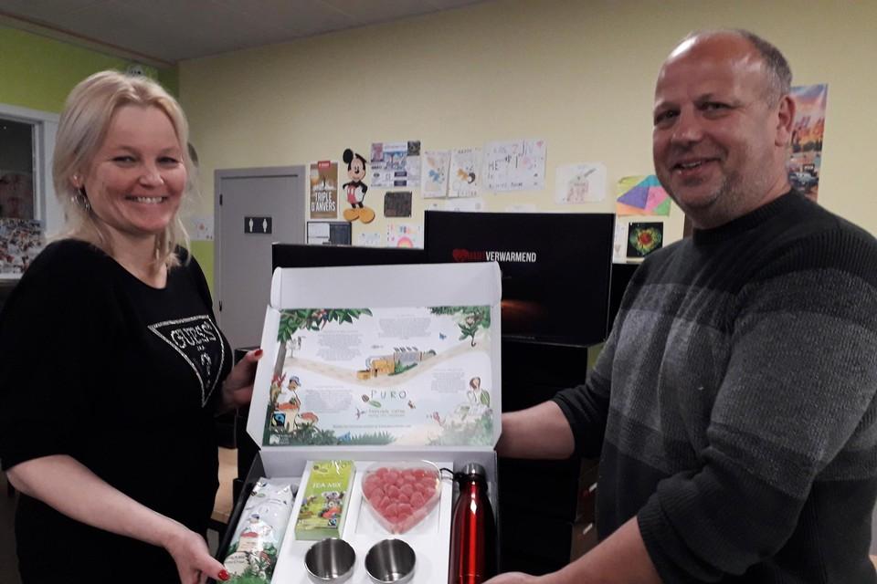 Koen Dewil en zijn vrouw stellen de hartverwarmende geschenkdoos voor.