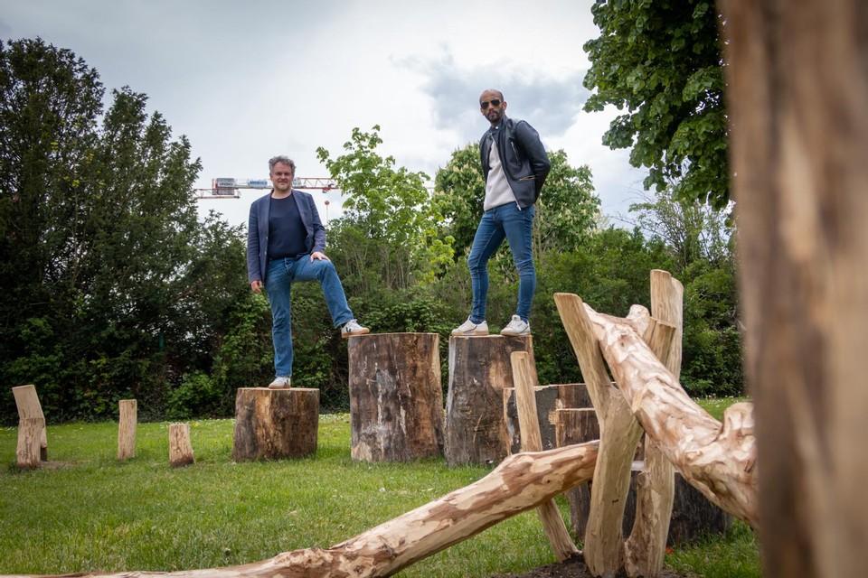Oude boomstammen krijgen een nieuw leven als natuurspeeltuin in de Gandhiwijk.