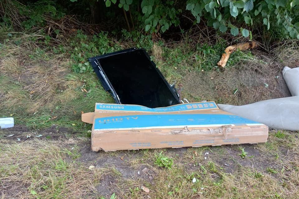 De dader liet onder andere een televisietoestel en een kartonnen verpakking van een televisie achter.