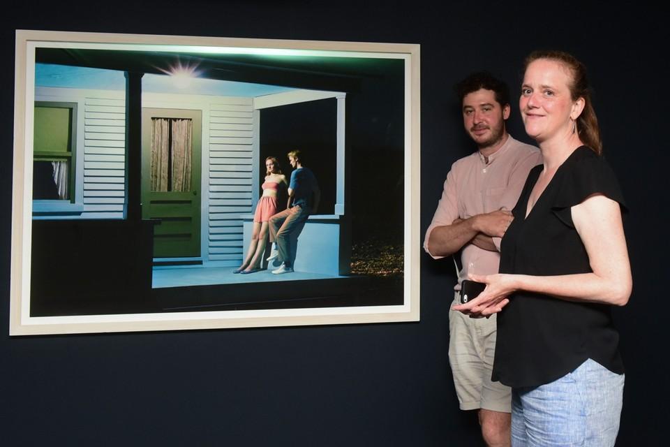 Glenn Geerinck en Annelies Nagels bij 'Summer Evening' van Laetitia Molenaar, duidelijk geïnspireerd door de werken van Edward Hopper.
