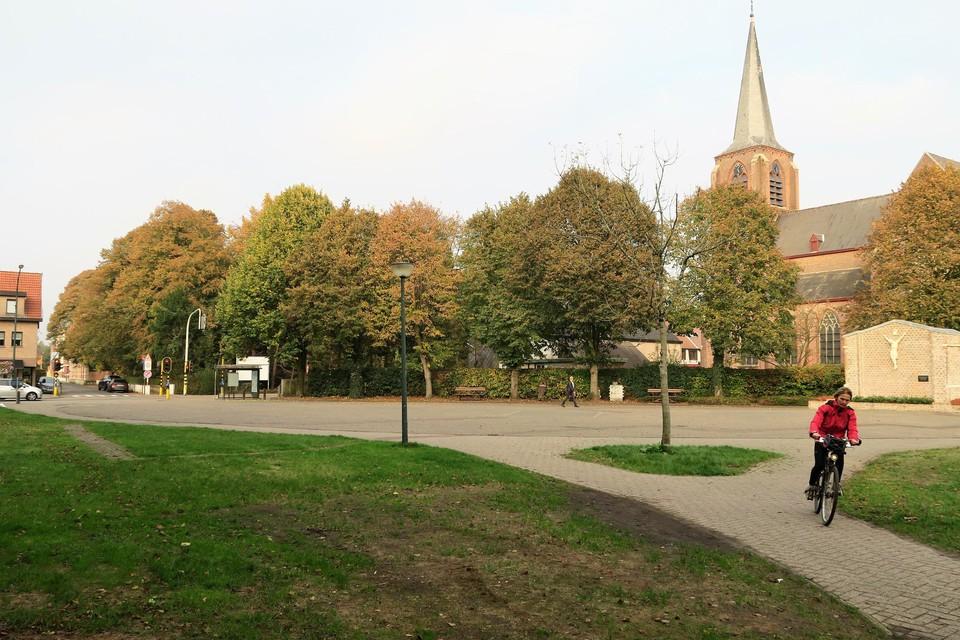 Het Lodewijk De Vochtplein in hartje 's-Gravenwezel: mooi gelegen, veel ruimte, maar weinig structuur en dus te weinig gebruik..