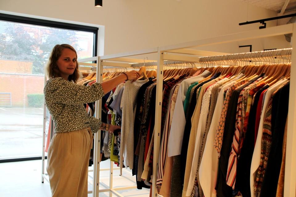 Kontoer-coördinator Evi Vernaillen hangt de tweedehandskledij in de boetiek alvast goed.