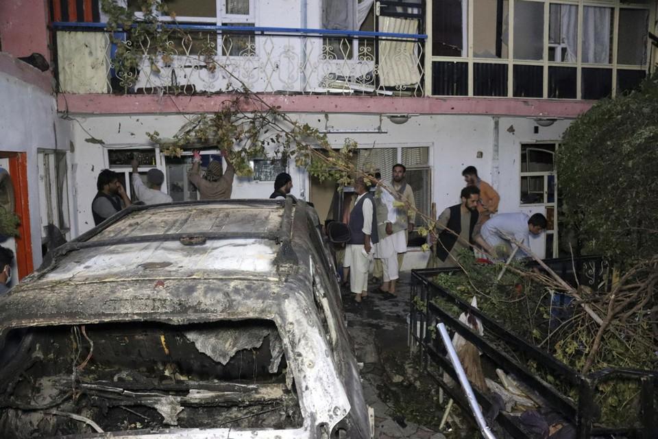De ravage na de aanval voor het huis van Ahmadi, op 29 augustus