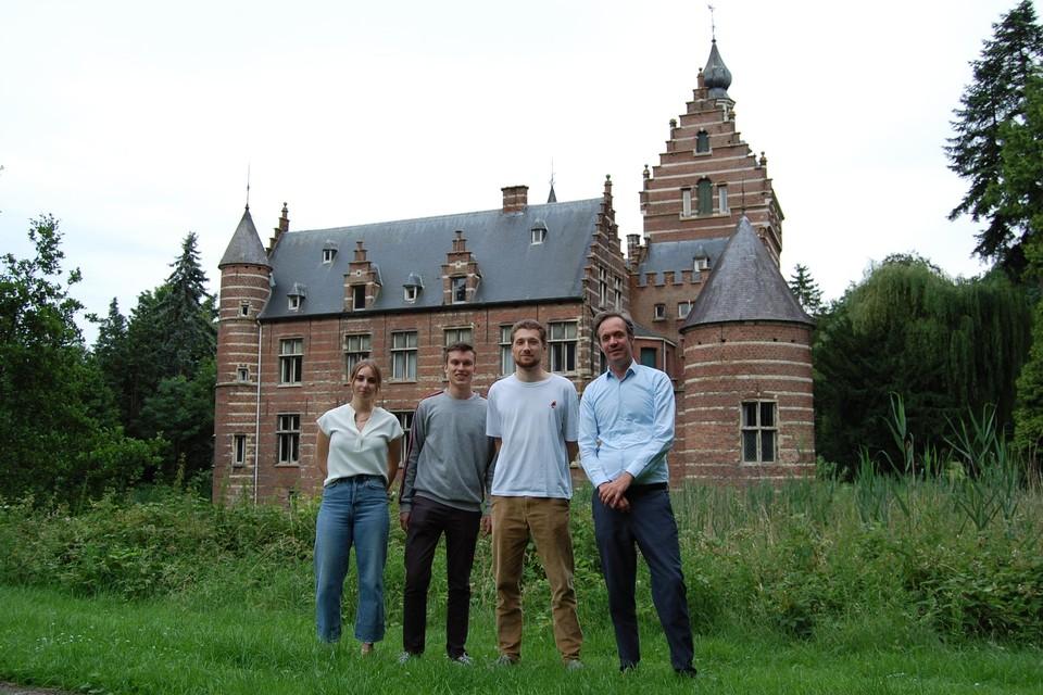 Debby, Ben, Jonathan en Geert aan het idyllische kasteel Altena.