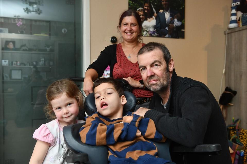 Thorben,met papa Mano, mama Vicky en zus Nhynke. Inzet: Thorben in de Innowalk.