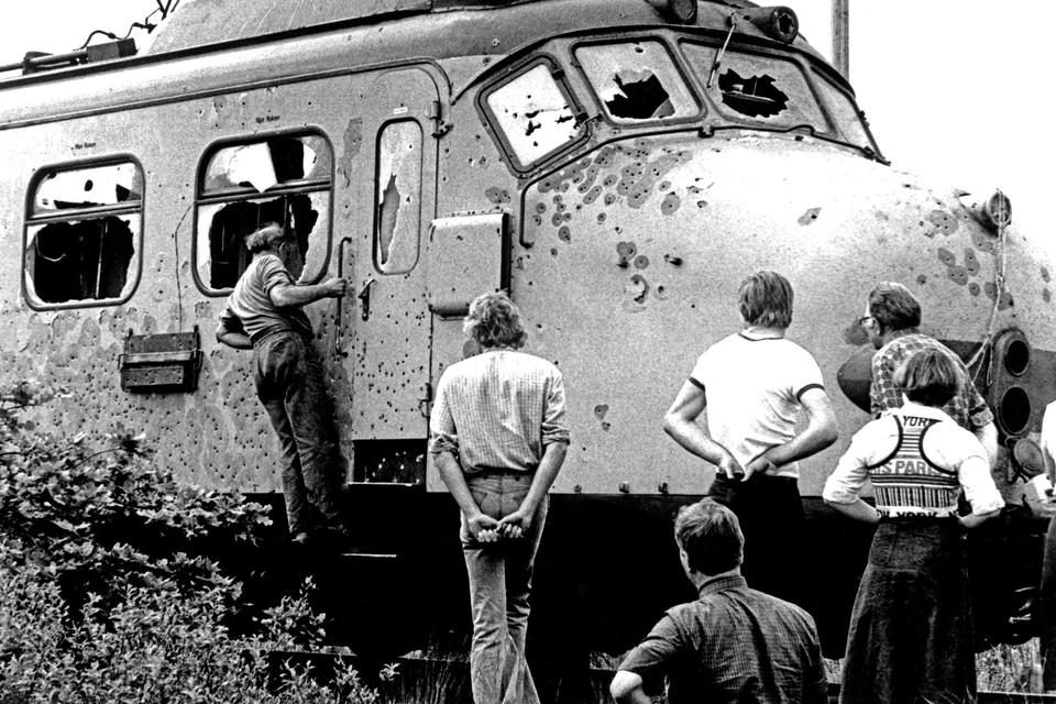 Mariniers kwamen  de wagons binnen via de ramen. Ze schoten zes kapers dood en twee gijzelaars. De vraag is of ze van hogerhand bevel kregen te doden.