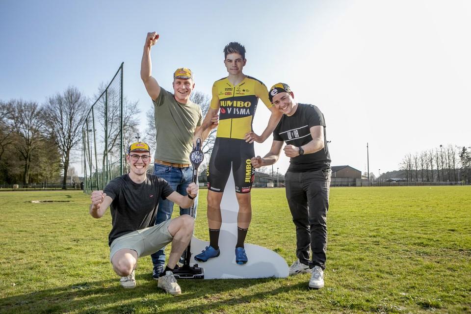 Lorenz Vloemans (hier rechts samen met jeugdvrienden en collega-supporters Laurent Robben en Vital Cuylaerts) merkte de voorbije week al hoe Wout van Aert tijdens de Tour bleef groeien.