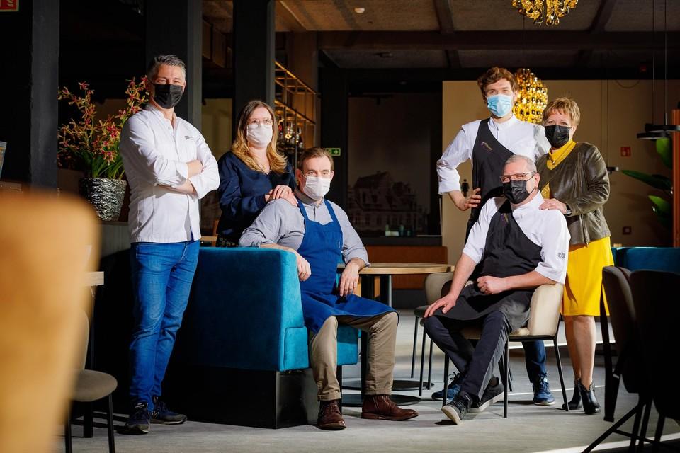 Sterrenchefs Axel Colonna-Cesari, Dominique Tondeurs en Robert en Sam Van Landeghem koken voor de tweede RoomService. Gastvrouwen zijn onder andere Sabine Holvoet en Lily Borghs.
