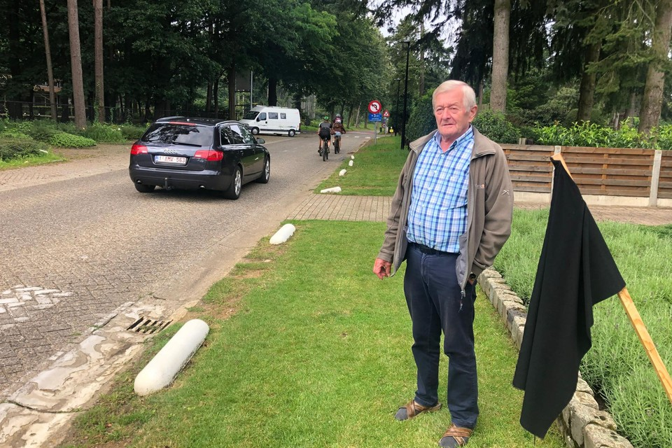 Marcel Van Dooren uit de Kempenstraat in Kasterlee heeft een zwarte vlag neergepoot in zijn voortuin uit protest tegen de snelheid van het verkeer.