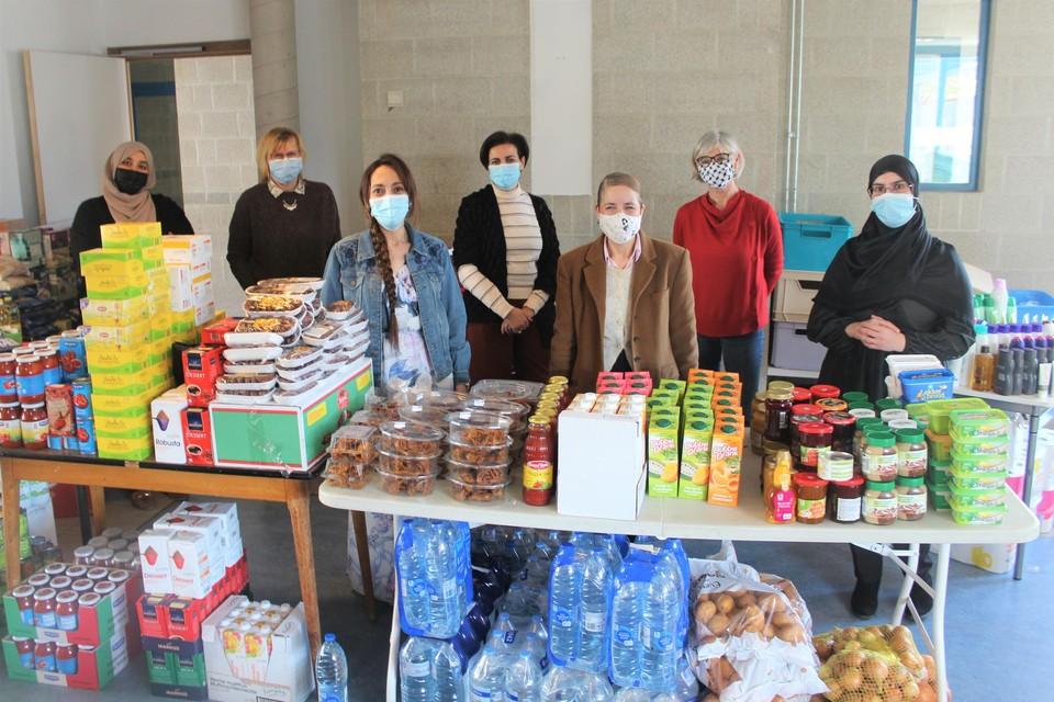 De vrijwilligers stelden zondag de voedselpakketten samen.