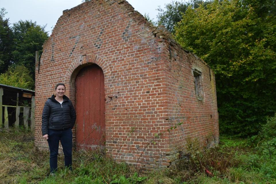 Sarah Van Den Poel bij haar vervallen bakhuisje uit 1766 dat bij de Drogenhofhoeve in Ranst hoort.