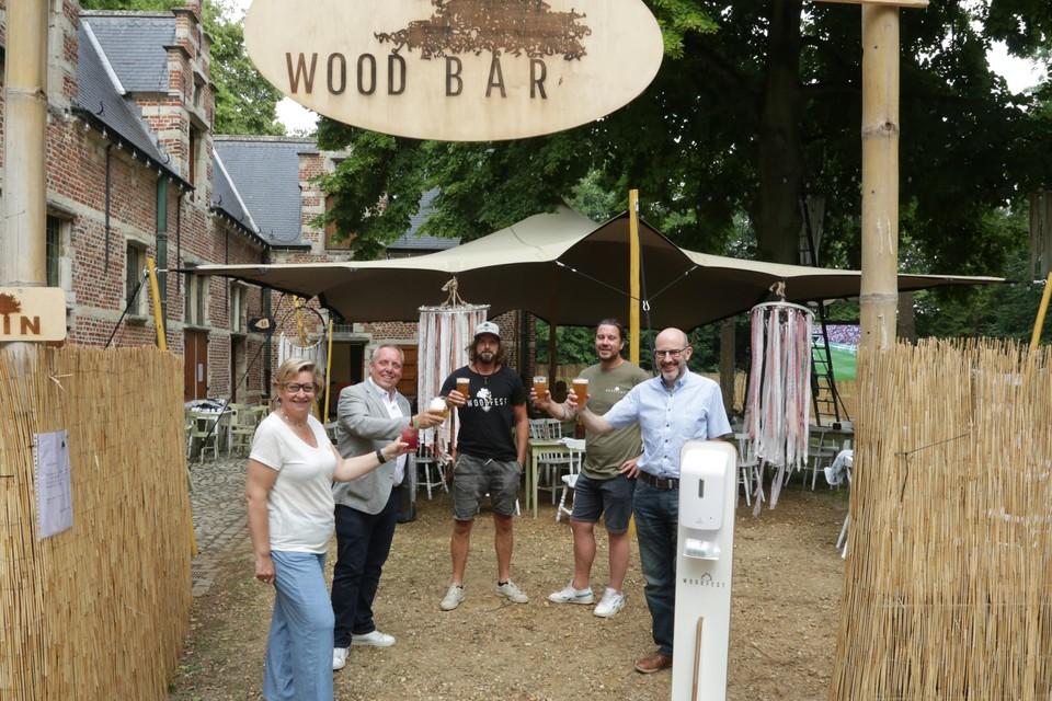Jelle Teugels en Hans Forceville klinken samen met het districtsbestuur op het succes van Wood Bar.