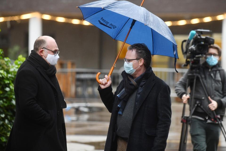 Burgemeester Bart Seldeslachts en directeur Wouter Van Looy.