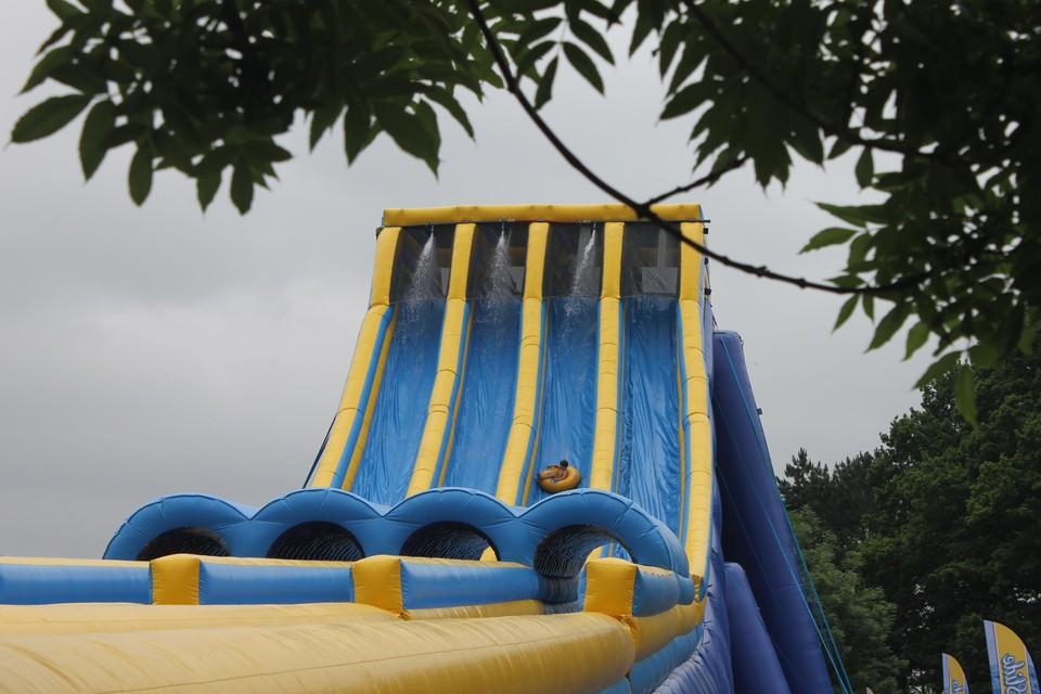 De Monstersummerslide, 18 meter hoog, daal je af in een band.