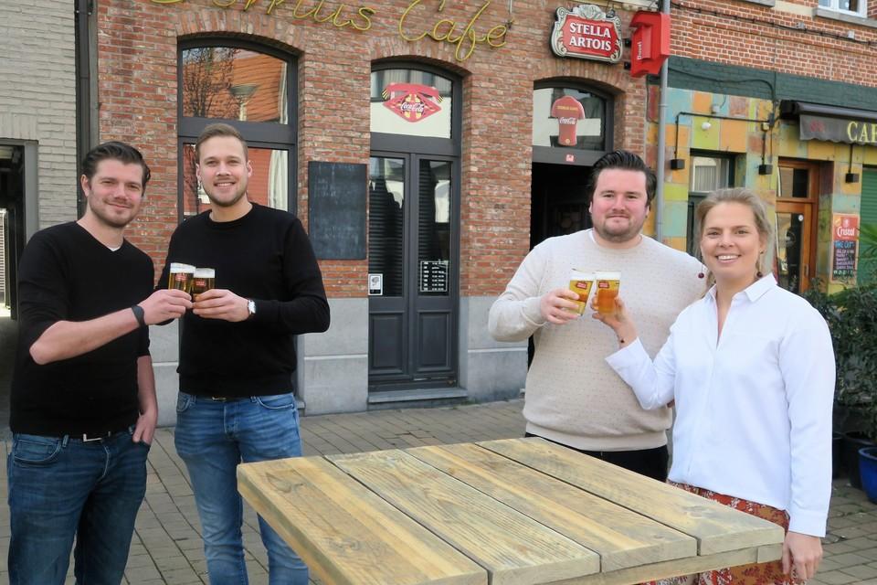 Tomas Gysels en zijn nieuwe vennoot Cédric Stabel van Domus café en Mick Van Sande met Charlotte Steenhuysen van Mick 'n Chick, dat wat verderop in mei opent.
