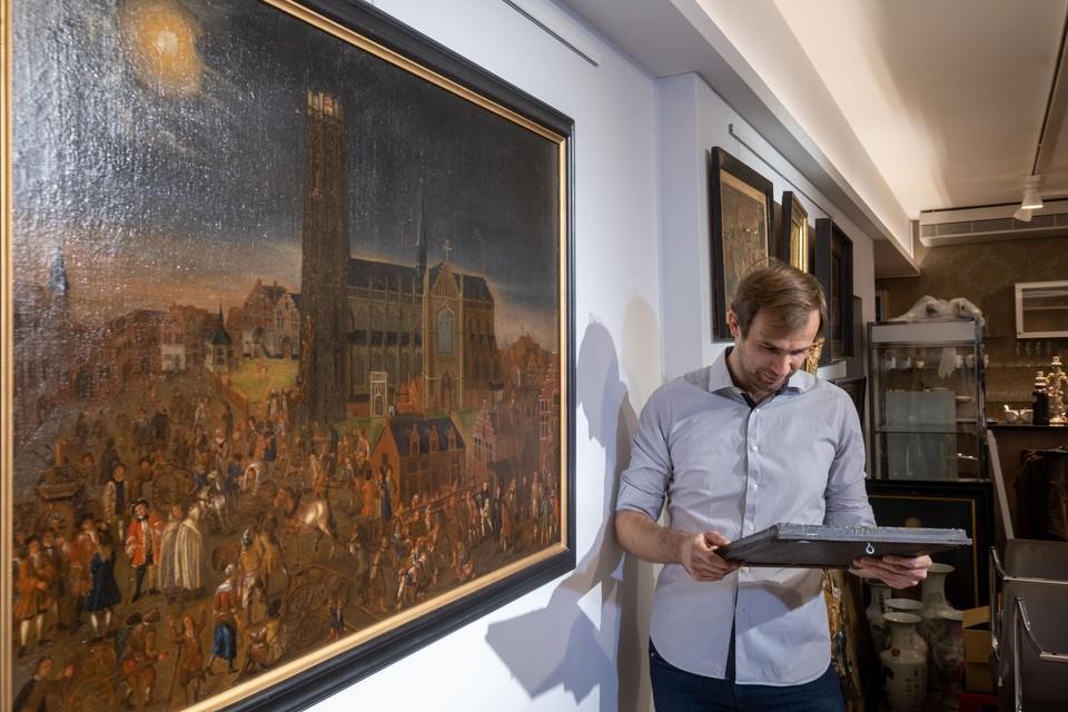 """Tim De Doncker van het veilinghuis bij het schilderij De Maneblussers. """"Het moet dateren van kort na de gebeurtenis"""", zegt hij."""