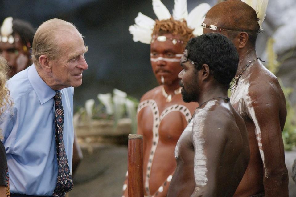 """Tijdens een staatsbezoek aan Australië vroeg hij een Aboriginal """"of ze nog steeds met speren naar elkaar gooien""""."""