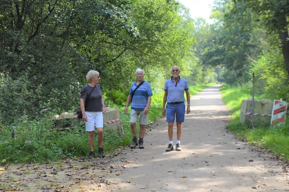 Jeanine, Staf en Marcel uit Nijlen in de Lovenhoek tussen de opengeschoven blokken in de Pulderdijk.