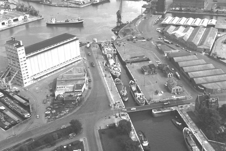 Een foto uit 1967 van een containerschip nabij de Royerssluis, de oudste sluis in de haven van Antwerpen.