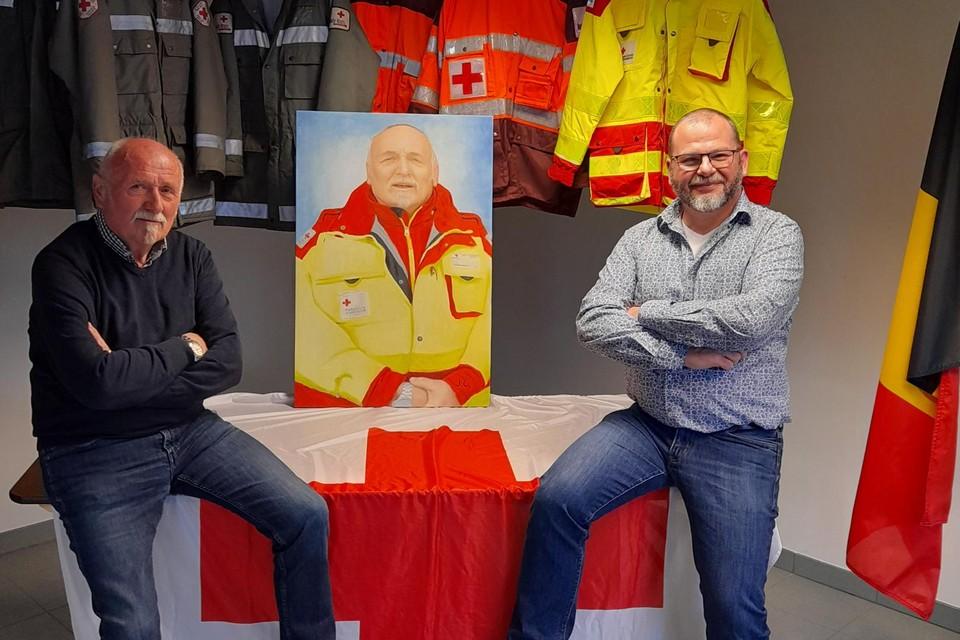 Erevoorzitter Tor Wynants (links) kreeg van afdelingsvoorzitter Carlos Cobbaut van het Rode Kruis in Lille veel lof en een schilderij van zichzelf.