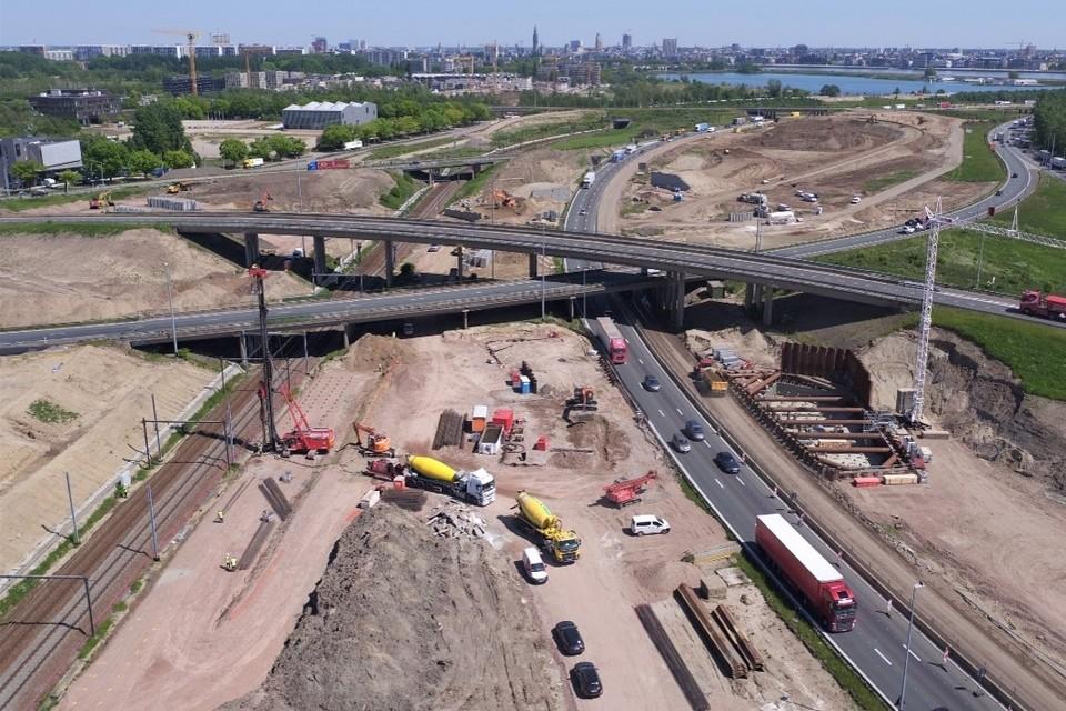 In Antwerpen-West bouwt de aannemer aan het nieuwe knooppunt. Je ziet de bouwputten voor de funderingen van de pijlers voor de grote fly-overs.