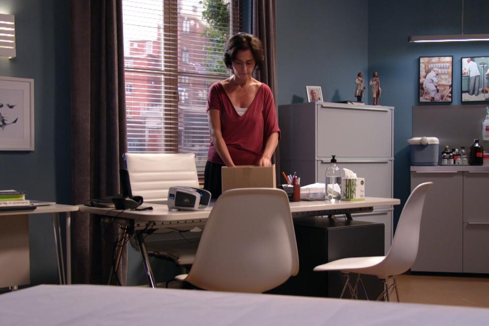 Zo ongeveer het laatste beeld van dokter Ann in 'Thuis'. Ze maakt zich op om te vertrekken. Voorgoed.
