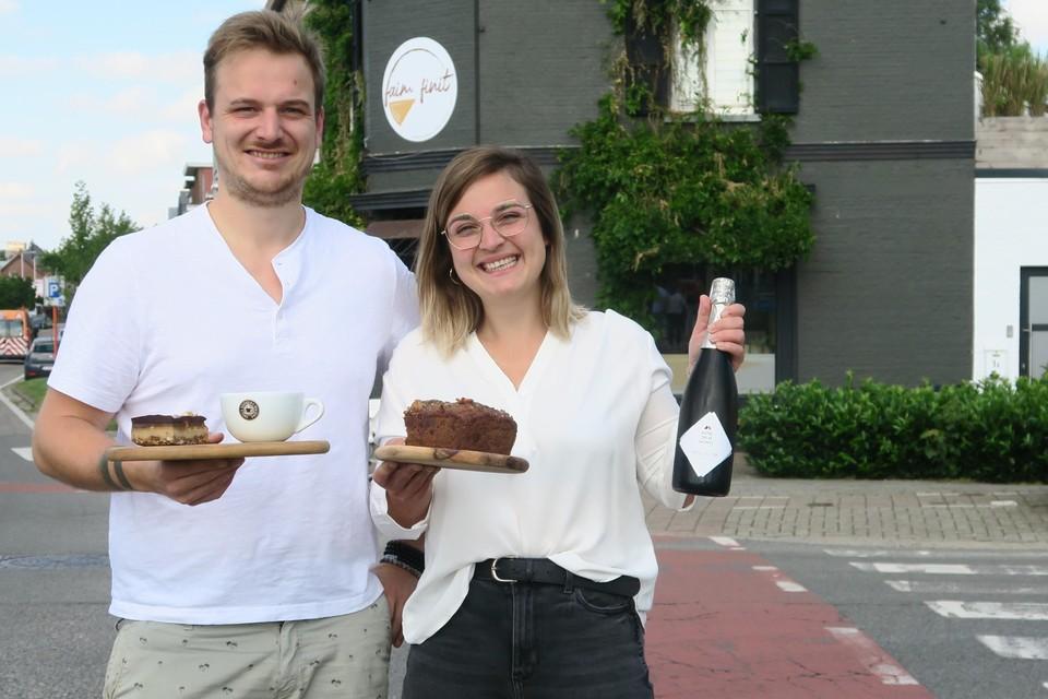 Anthony en Jasmin met lekkers uit hun koffiebar en takeaway-zaakje Faim Finit op de hoek van de Th. Van Cauwenberghslei en Zaatstraat onweerstaanbare snickerstaart en bananenbrood.