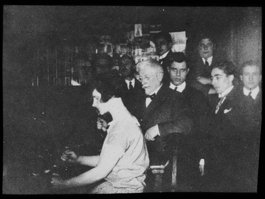 Het is 1926. Jef Denyn geeft op de historische beiaard in de Sint-Romboutstoren les aan Adèle Colson.