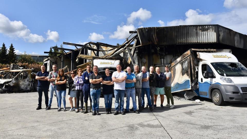 De ploeg van Schot's Vishandel de dag na de brand in 2018.