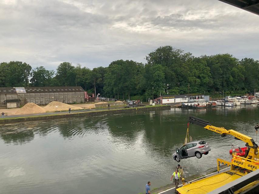 Om ongevallen zoals vorige week zaterdag te vermijden, waarbij een tachtiger in het kanaal reed, plaatste de stad er betonnen blokken.
