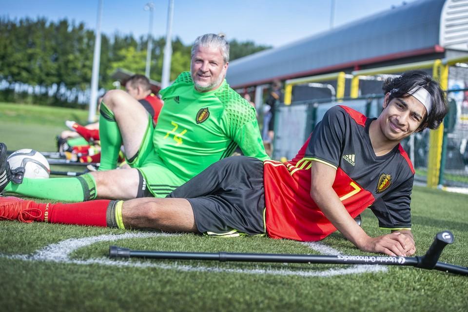 Doelwachter Stijn Chaves Daguilar en speler Bernard Kint, onze Antwerpse Red Flamingos, op het oefenveld van de Belgische Voetbalbond in Tubeke.