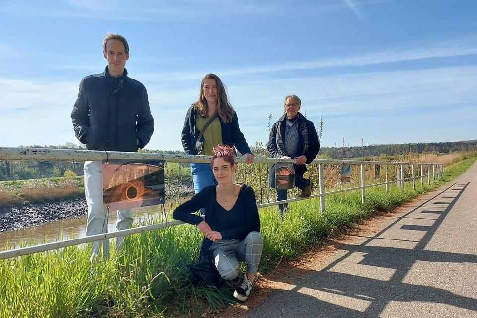 Kevin De Ceuster, Isabel Alba Gonzalez, Tine Loeckx  en Kris Robberechts bij enkele foto's langs het jaagpad.