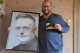 thumbnail: Kevin Verboven met een portret van Jef Bogaerts en de prentbriefkaart die hij in de Massenhovense brievenbussen verspreidde.