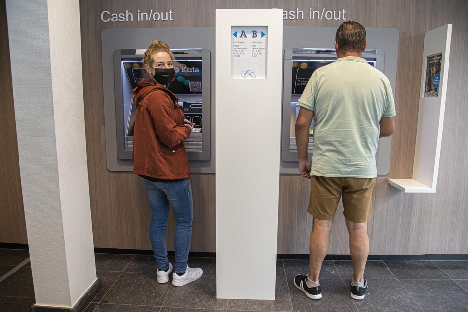 Daisy Van Looy uit Broechem aan de bankautomaat in Zandhoven. Zelfs dertigers hebben soms nood aan cash.