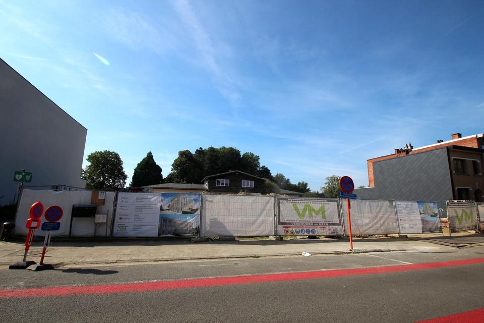 Fabioladorp bouwt aan de straatzijde, het dagatelier erachter blijft staan.