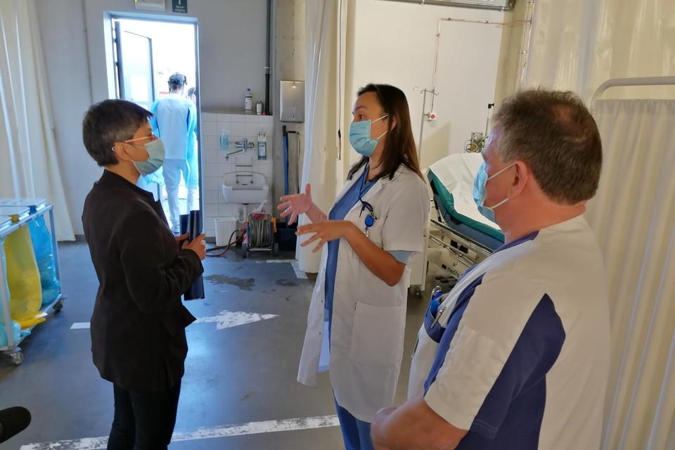 Cathy Berx in gesprek met een verpleegkundige. In Antwerpen is de bereidheid tot vaccinatie minder groot dan elders in het land. Daar moet de provinciegouverneur iets aan doen.