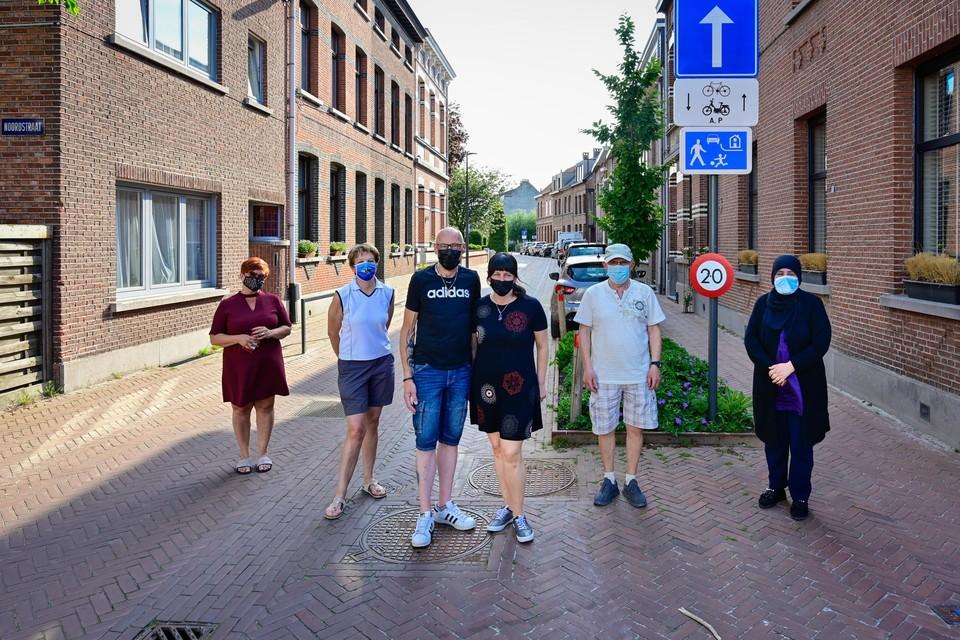 Marc Dierckx en enkele buren uit de Nieuwstraat zijn niet blij dat hun straat in de blauwe zone komt te liggen, waardoor ze voor een extra bewonerskaart 200 euro moeten ophoesten.