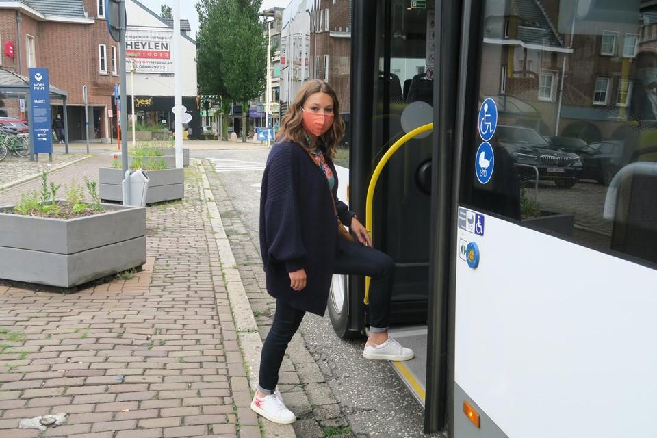 """Stephanie Vanden Eede van Vooruit Schoten stapt fluks de bus op aan het Marktplein. """"Iedereen, ook wie leeft met een beperking, moet vlot toegang krijgen tot het openbaar vervoer."""""""