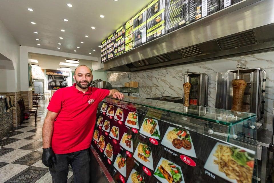 Sadigh Taher Ahmad van Sultan in zijn nieuwe kebabzaak in de Stationsstraat.