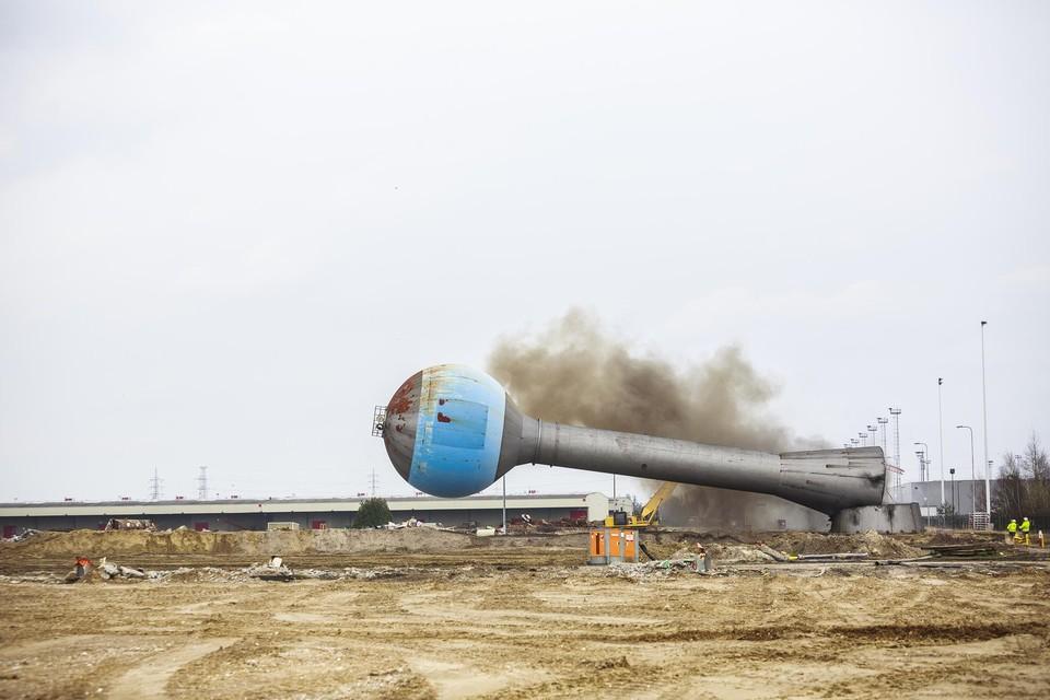 De symbolische watertoren van Opel gaat tegen de vlakte in maart 2020. De enorme site ligt sindsdien op een nieuwe toekomst te wachten.