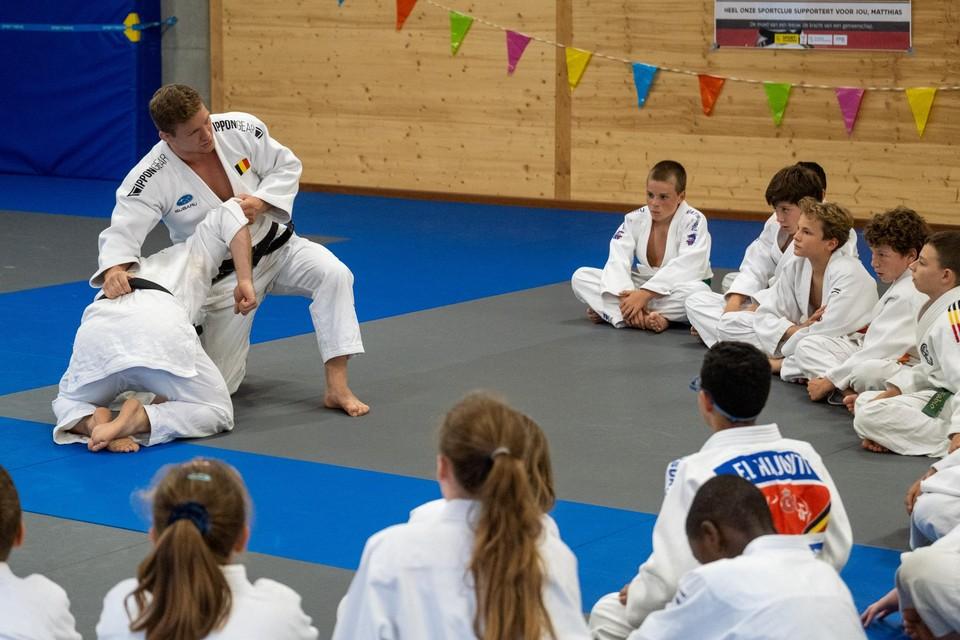 Vol bewondering volgen de jonge judoka's een demonstratie van Matthias Casse.