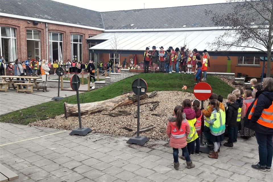 De MOS-ketiers verklaren de speelberg in de Sint-Lutgardisschool officieel voor open.
