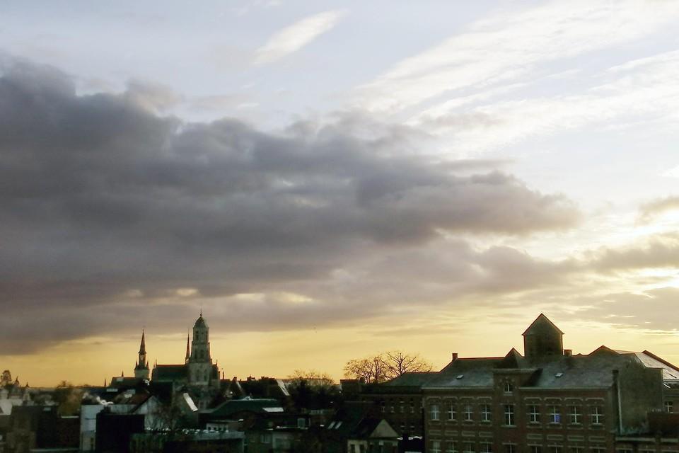 De wolken schuiven open boven de stad Lier.