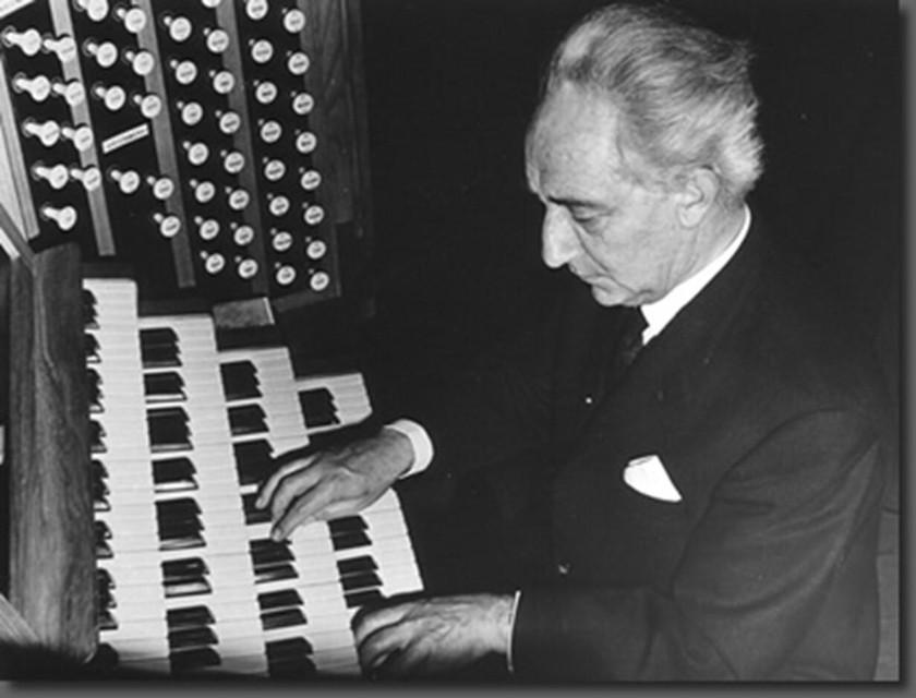 Lieva Peeters (90), de dochter van organist Flor Peeters onthulde samen met schepen Guy Van de Perre en burgemeester Ward Kennes een erfgoedbord aan de Flor Baron Peetersstraat in Tielen.