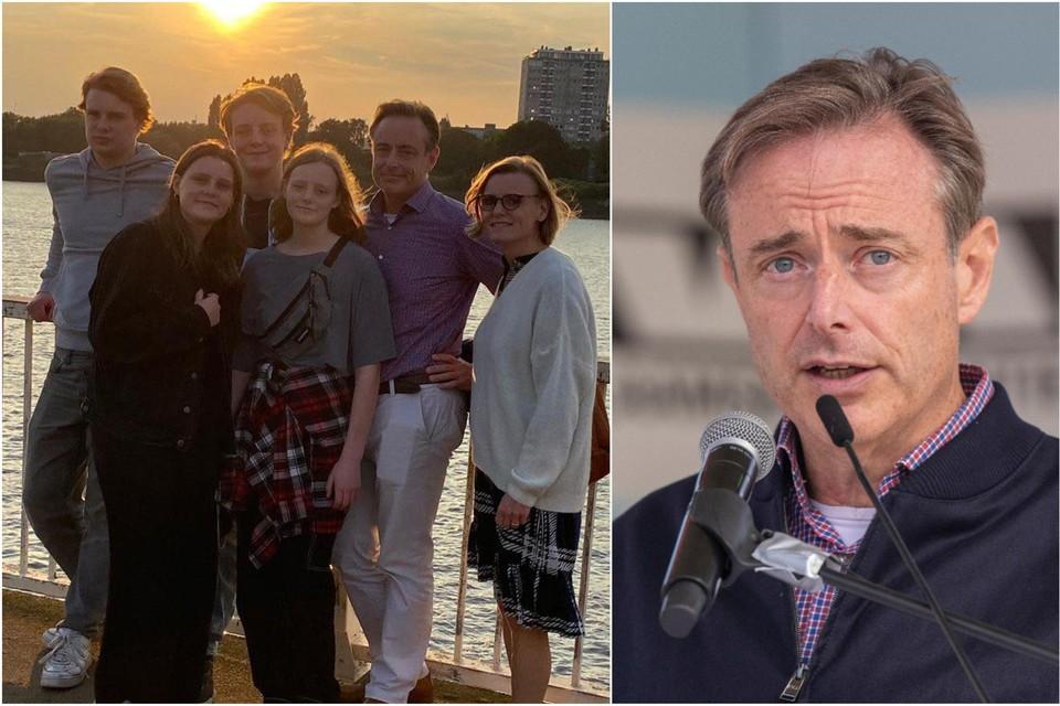 Bart De Wever maakte zaterdagavond nog een wandeling in Antwerpen met zijn gezin. Katrien staat links vooraan op de foto.