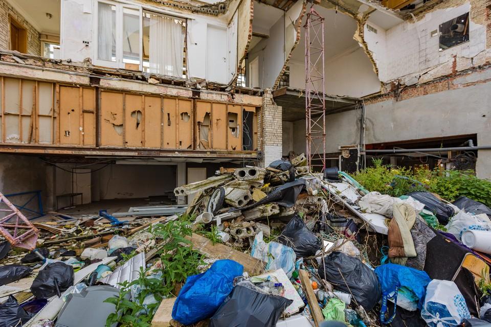 Op het terrein van de bouwval in de Pareipoelstraat stapelt het afval zich letterlijk op.