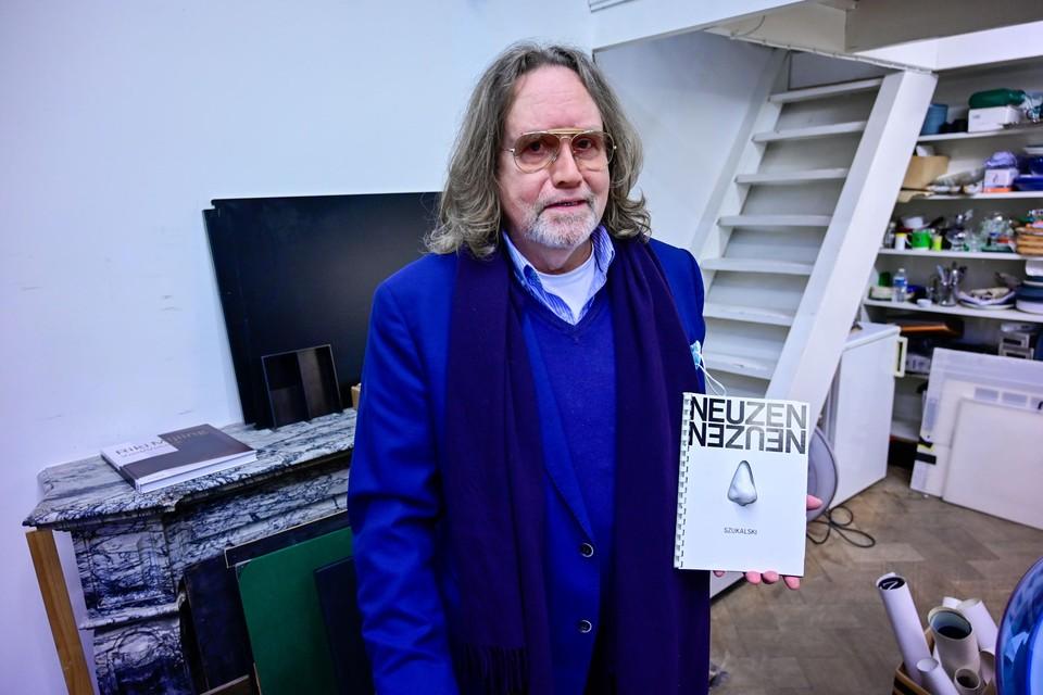 """Leon Lemahieu met het gezochte 'Neuzen'-boek van Albert Szukalski. """"Hij is mismeesterd door de officiële kunstwereld."""""""