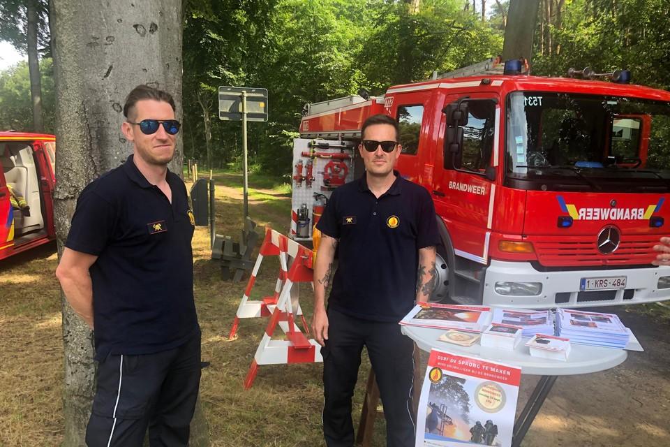 Rekruten Peter Belmans en Tim Bilterest zoeken extra vrijwilligers voor de nieuwe brandweerpost in Lille.