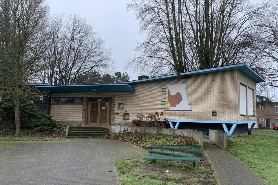 In dit gebouw van de huisvesting was tot twee jaar geleden het jeugdhuis Perron 4 actief. Recent raakte bekend dat ook dit gebouw wordt afgebroken.