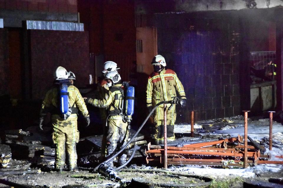 De brandweer moest de brandende partij isolatie uit de woning halen.